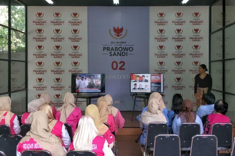 Badan Pemenangan Nasional pasangan capres-cawapres nomor urut 02 Prabowo Subianto-Sandiaga Uno (BPN) menggelar nonton bareng (nobar) debat capres pada Pilpres 2014 bersama para relawan dan pendukung.  Acara digelar sekitar pukul 11.20 WIB di media center pasangan Prabowo-Sandiaga, Jalan Sriwijaya I, Jakarta Selatan, Sabtu (12/1/2019).