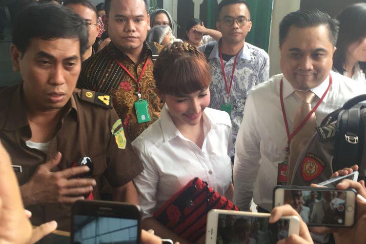Roro Fitria (tengah) menghadiri sidang kasus dugaan kepemilikan narkotika di Pengadilan Negeri Jakarta Selatan, Kamis (5/7/2018).