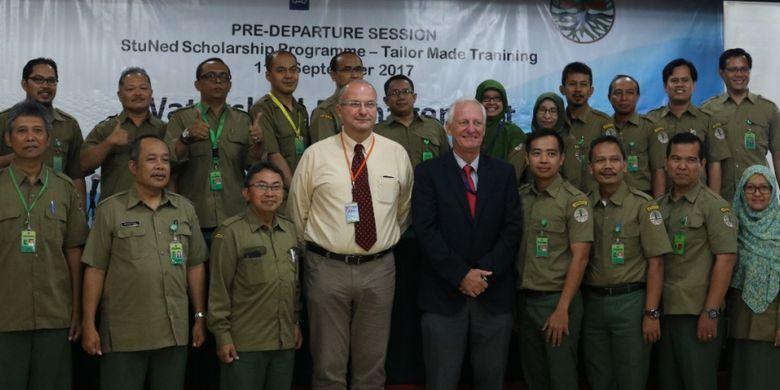 Para penerima beasiswa berfoto bersama Murdiyono, Sekretaris Direktur Jenderal Pengendalian DAS dan Hutan Lindung, Carel de Groot, Staf Ahli Sumber Daya Air Kedubes Belanda, serta Peter van Tuijl, Direktur Nuffic Neso Indonesia