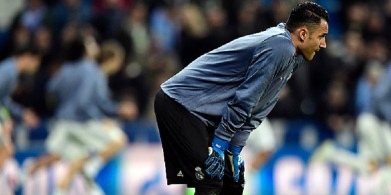 Kiper Real Madrid asal Kosta Rika, Keylor Navas, melakukan pemanasan jelang pertandingan Liga Champions kontra Napoli di Santiago Bernabeu, Rabu (15/2/2017).