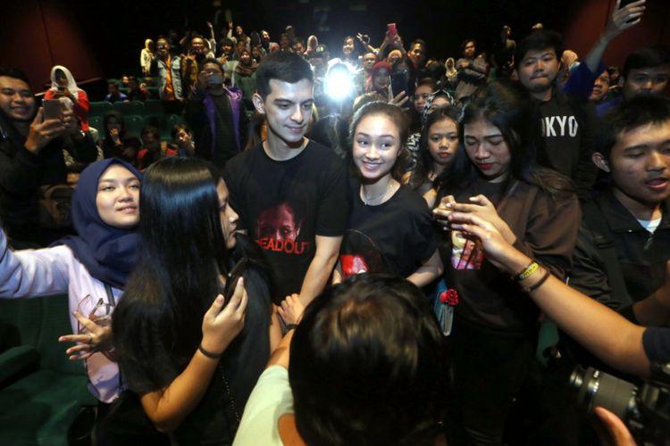 Para pemain film DreadOut menyapa penonton Bandung, Jumat (4/1/2019) malam.