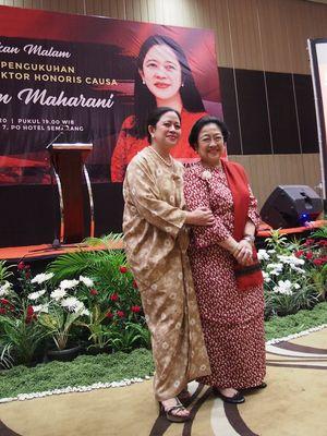 Ketua DPR Puan Maharani berfoto berdua dengan Presiden kelima Indonesia yang juga ibu Puan, Megawati Soekarnoputri, Kamis (13/2/2020) malam, dalam resepsi menjelang pengukuhan doktor honoris causa yang didapatkan Puan dari Universitas Diponegoro (Undip).