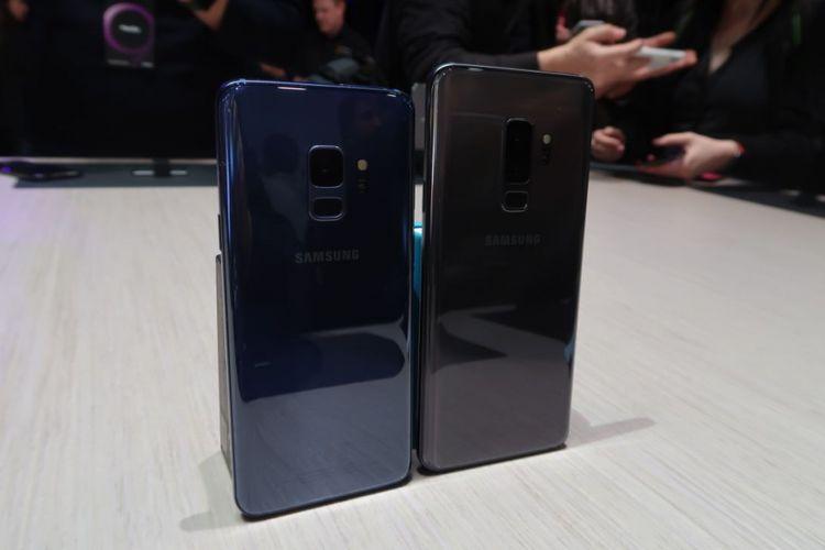Galaxy S9 (kiri) dan Galaxy S9+ memiliki perbedaan dari sisi ukuran layar, kamera, besar RAM dan memori.