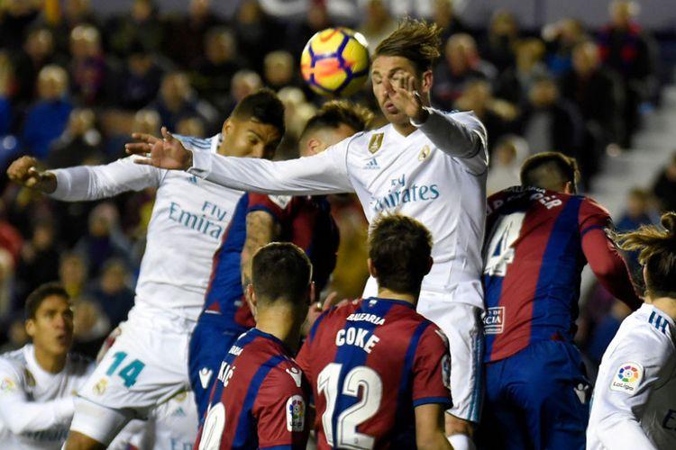 Sergio Ramos berduel memperebutkan bola di udara saat Real Madrid bertandang ke markas Levante dalam pertandingan La Liga, Sabtu (3/2/2018).