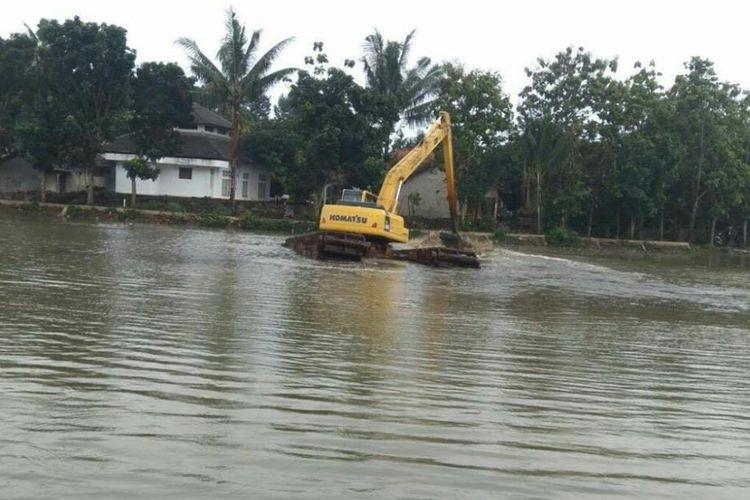 Alat berat sedang melakukan normalisasi Situ agar resapan air di Situ berjalan maksimal.
