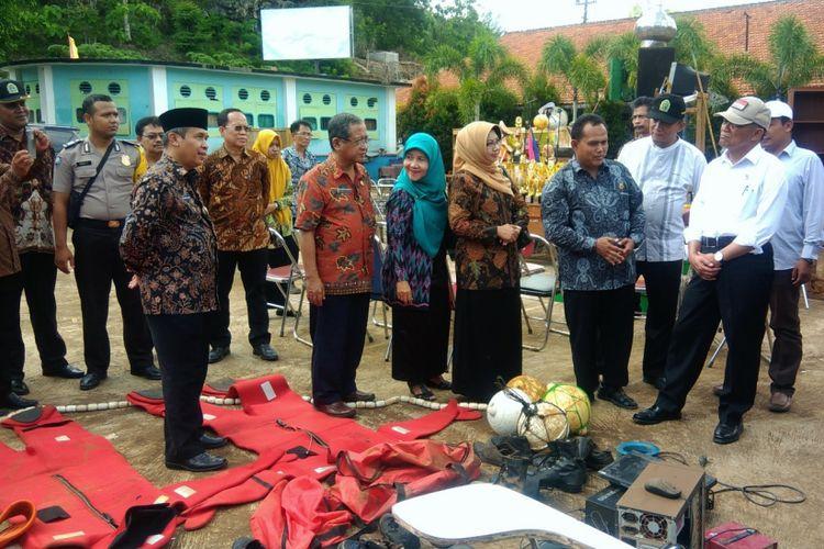 Mendikbud Muhadjir Effendy saat mengunjungi SMKN 1 Tanjungsari, Tanjungsari, Gunungkidul, Jumat (8/12/2017).