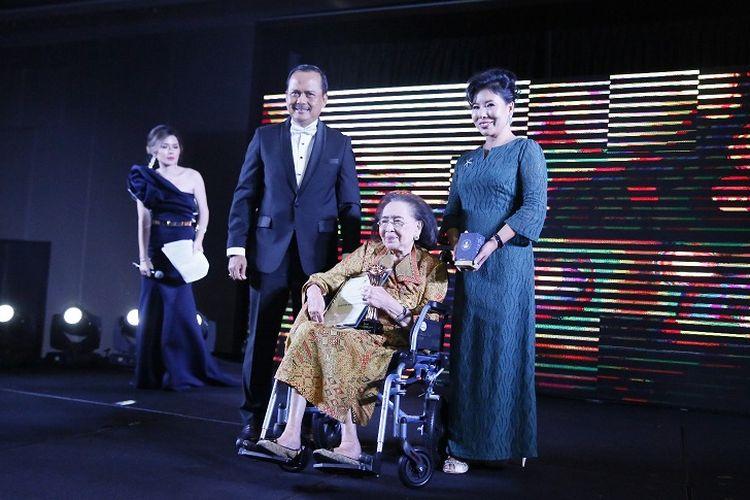 Pengusaha nasional, Kartini Muljadi, saat menerima penghargaan Achievement Award yang diserahkan Duta Besar Indonesia untuk Singapura Ngurah Swajaya di acara Women Empowerment Award 2018, pada Rabu (16/5/2018).