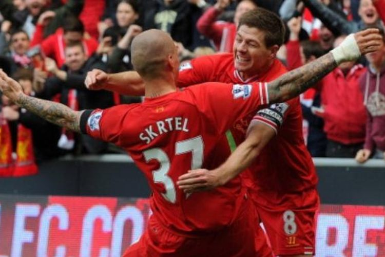 Kapten Liverpool, Steven Gerrard (kanan), merayakan gol yang dicetak Martin Skrtel (kiri) ke gawang Manchester City pada laga Premier League di Stadion Anfield, Liverpool, Minggu (13/4/2014). Kini, Gerrard berhasrat bereuni dengan Skrtel dalam kapasitas berbeda, pelatih dan pemain.