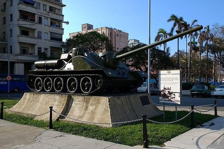 Sebuah tank SU-100 yang digunakan Fidel Castro untuk menembaki kapal pendarat pasukan invasi di Teluk Babi pada 17 April 1961, kini dipamerkan di pusat kota Havana, Kuba.