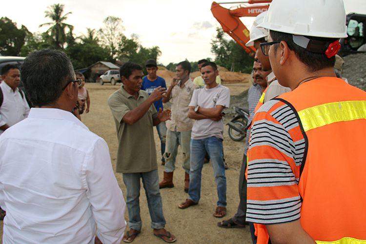 Sejumlah warga Desa Manggi Kecamatan Panton Reu, Kabupaten Aceh Barat menghadang rombongan Ditjen Sumber Daya Air dari Kementerian Pekerjaan Umum saat melakukan pemantauan kelokasi pembangunan proyek irigasi Lhok Guci, Kamis (14/9/2017).