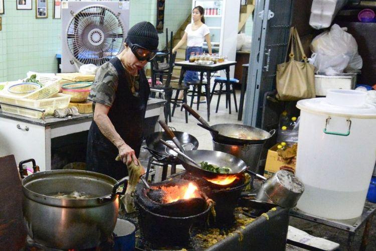 Jay Fai, koki warung kaki lima yang mendapat bintang Michelin dari Bangkok, Thailand.