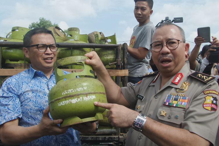 Kepala Divisi Humas Polri Irjen Setyo Wasisto dan Dirtipideksus Bareskrim Polri Brigjen Pol Agung Setya memperlihaykan barang bukti kecurangan gas 3 kilogram di Kota Tangerang, Jumat (12/1/2018).