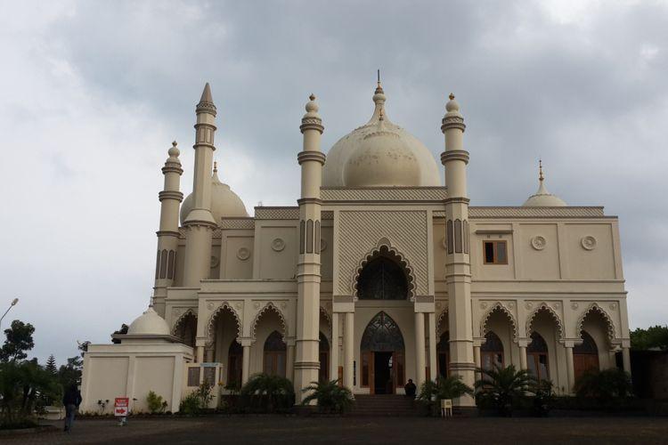 Masjid Salman Al Farizi yang berdiri di Desa Karangwidoro, Kecamatan Dau, Kabupaten Malang, Kamis (24/5/2018). Arsitektur bangunannya yang mirip dengan Taj Mahal yang ada di India membuat masjid itu disebut Masjid Taj Mahal.