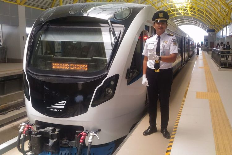 Ardiansyah salah satu masinis kereta light rail transit (LRT) Palembang, Sumatera Selatan.