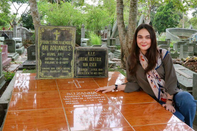 Luna Maya berziarah ke makam Suzzanna di TPU Giriloyo, Kota Magelang, Magelang Utara, Jawa Tengah, Sabtu (13/10/2018).
