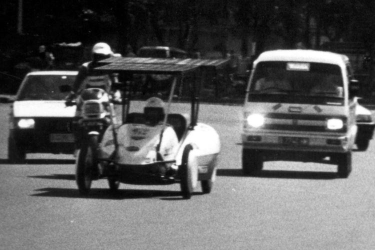 Mobil listrik tenaga surya karya mahasiswa ITS sedang menjalani uji coba di simpang Monas, Jakarta Pusat. Mobil ini akan menjalani rute Jakarta - Surabaya sejauh 773 km dalam tujuh etape.