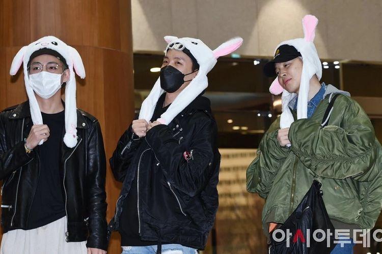 (Dari kiri) V, J-Hope, dan Jimin memakai bunny hat di Bandara Gimpo, Korea Selatan, saat hendak terbang menuju Fukuoka, Jepang, Jumat (15/2/2019).