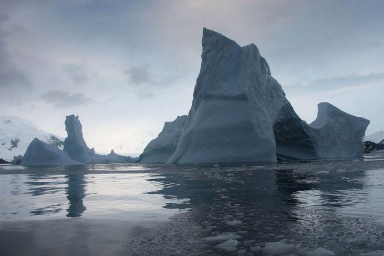 Pada 2015, ilmuwan NASA memperingatkan lapisan es Larsen B di Antartika kemungkinan akan pecah menjadi ratusan gunung es sebelum akhir dekade ini.