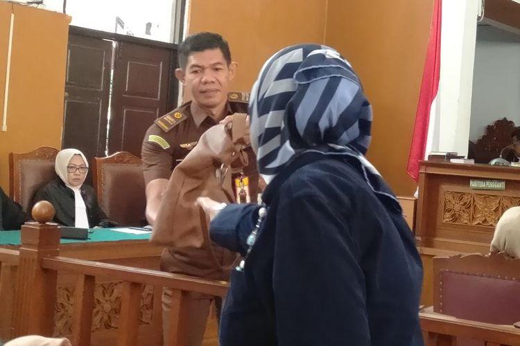 Tas yang dibawa Ratna Sarumpaet diserahkan ke pihak keluarga setelah Ratna ditegur hakim karena membuka tasnya itu saat sedang jalani sidang pembacaan putusan di Pengadilan Negeri Jakarta Selatan, Kamis (11/7/2019