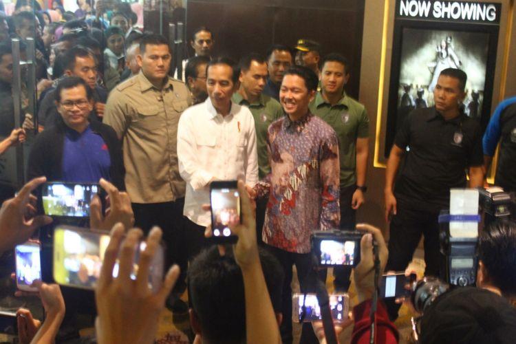 Presiden Joko Widodo disambut Bayu Skak, pemeran sekaligus sutradara film Yowis Ben, untuk menonton bersama di salah satu bioskop di Kota Malang, Rabu (28/3/2018).