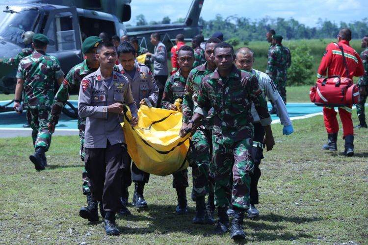 Aparat TNI dan Polri berhasil mengevakuasi korban meninggal dunia ke Timika dengan menggunakan helikopter