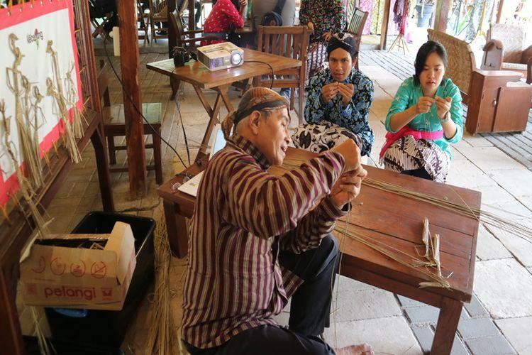 Wisatawan belajar membuat wayang suket di Omah Kecebong.