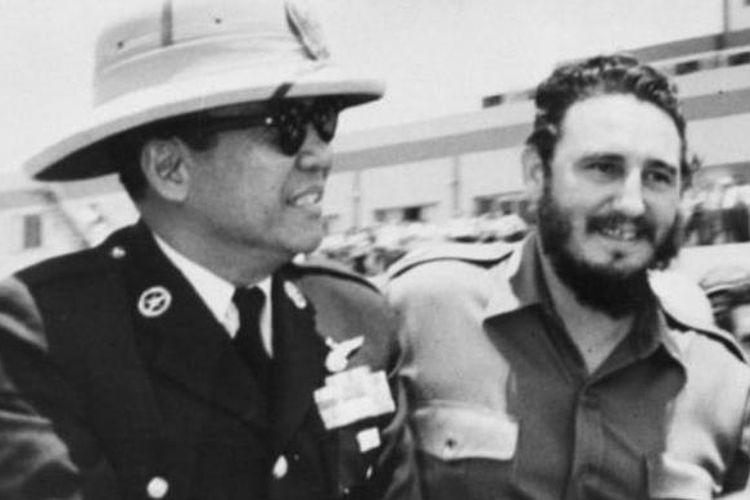 Pemimpin Kuba Fidel Castro menerima Presiden Indonesia Ir Sukarno di ibu kota Havana.
