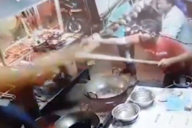Insiden pertengkaran di warung pinggir jalan dan berujung penyiraman minyak panas tersebut terekam CCTV.
