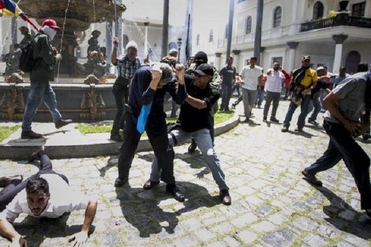 Para pendukung pemerintah Presiden Venezuela, Nicolas Maduro, menyerbu masuk gedung parlemen nefara itu dan memukuli anggota DPR, Rabu (5/7/2017).