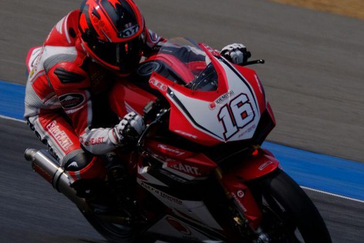 Pebalap AP250 AHRT,  Mario Suryo Aji berhasil masuk tiga besar saat sesi kualifikasi Race 1 di Sirkuit Buriram, Sabtu (3/3/2018)