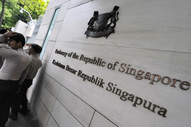 Polisi berjaga di depan kantor Kedutaan Besar Singapura untuk Indonesia di Jakarta.