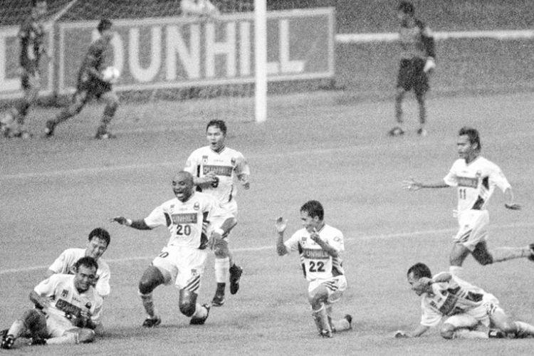 Kegembiraan para pemain Mastrans Bandung Raya seusai menang atas PSM Makassar pada final Liga II di Senayan, 6 Oktober 1996.