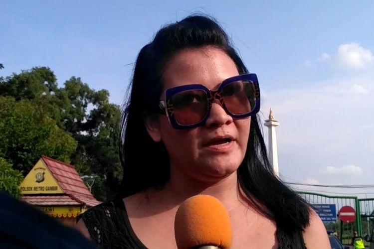Vokalis Melanie Subono saat hadiri aksi Kamisan di depan Istana Negara, Jakarta Pusat, Kamis (7/12/2017).