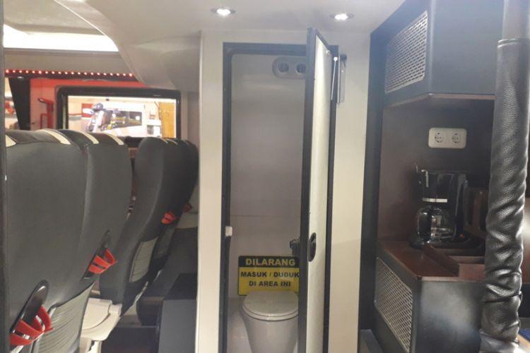 Toilet dari bus tingkat dengan fasilitas bak pesawat rakitan Laksana yang dipamerkan di GIIAS 2018.