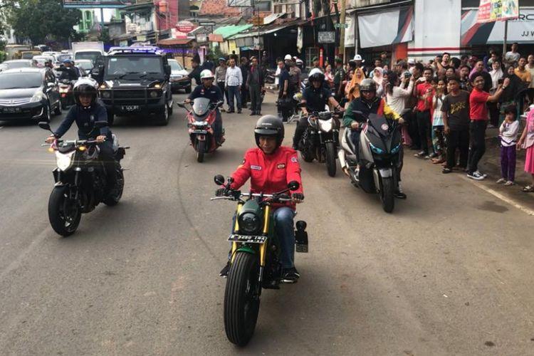 Presiden Joko Widodo berjaket merah menunggangi motor barunya bergaya tracker menuju Pasar Anyar, Kota Tangerang, Banten, Minggu (4/11/2018).