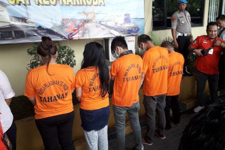 Aris Indonesian Idol dan empat tersangka penyalahgunaan narkoba lainnya saat dihadirkan dalam konferensi pers di Mapolres Pelabuhan Tanjung Priok, Rabu (16/1/2019).