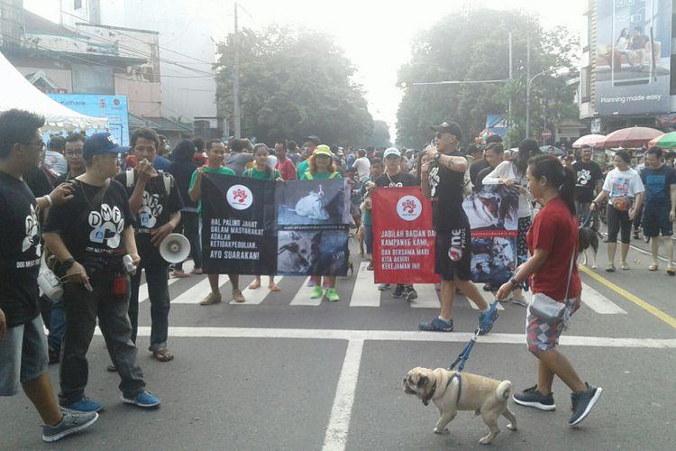 Koalisi Dog Meat-Free Indonesia (DMFI) bersama sahabat anjing Surakarta melakukan kampanye melawan bisnis perdagangan daging anjing di car free day (CFD) di Jalan Slamet Riyadi Solo, Jawa Tengah, Minggu (25/2/2018).