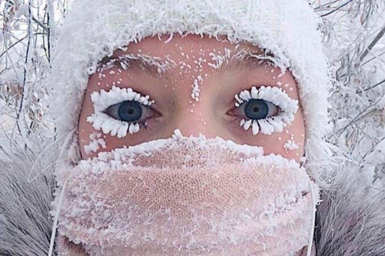 Suhu udara menjadi sangat dingin di daerah Siberia di Yakutia sehingga bulu mata orang mulai membeku saat mereka bepergian ke luar.