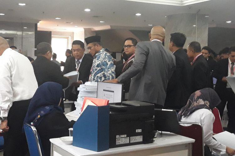 KPU serahkan jawaban dan alat bukti ke MK, Selasa (18/6/2019).