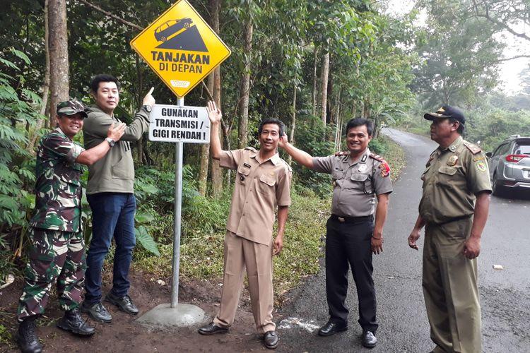Pemasangan rambu peringatan di jalur bahaya Monteng Kamojang, Garut, Jawa Barat.