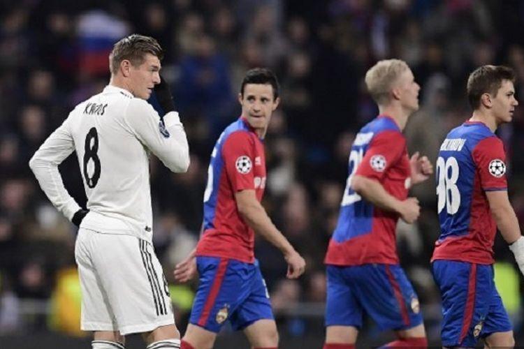 Pemandangan kontras terjadi pada laga Real Madrid vs CSKA Moskwa ketika Toni Kroos melihat para pemain tim lawan melakukan selebrasi seusai mencetak gol di Stadion Santiago Bernabeu dalam lanjutan Liga Champions, 12 Desember 2018.