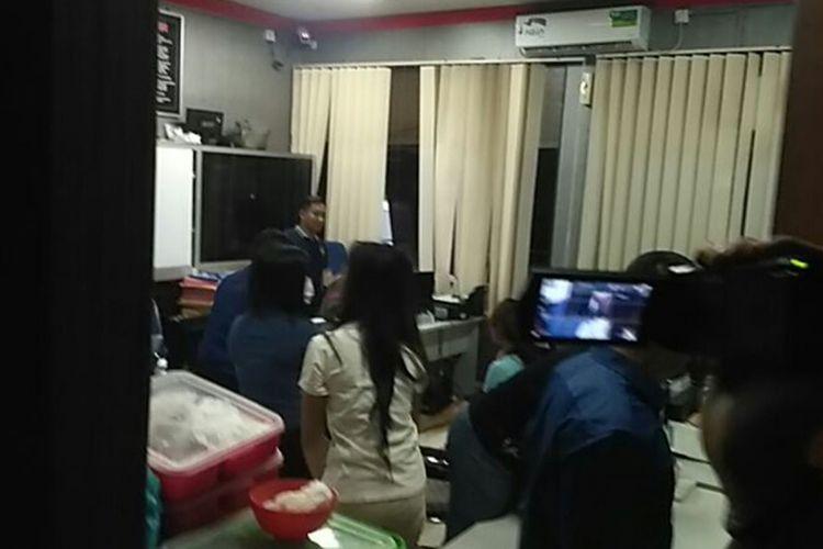 Jajaran Satuan Reserse Kriminal (Satreskrim) Polresta Barelang menetapkan lima orang tersangka dalam aksi tarian erotis yang digelar di Dataran Engku Putri, Batam Center, Batam, Kepulauan Riau, Sabtu (14/4/2018).
