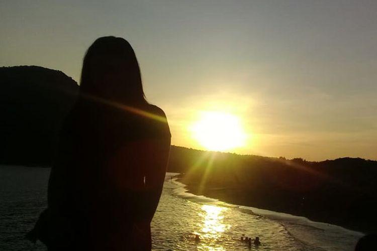 Menikmati matahari terbenam (sunset) di Pantai Ria, Kelurahan Kotaratu, Kecamatan Ende Utara, Kabupaten Ende, Nusa Tenggara Timur, Sabtu (9/2/2019).
