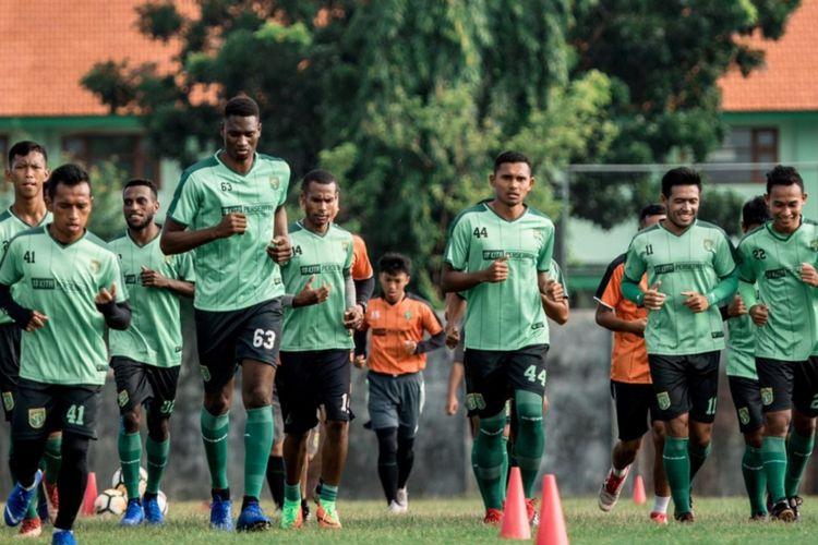 Para pemain Persebaya menjalani sesi latihan di Stadion Jenggolo, Sidoarjo.