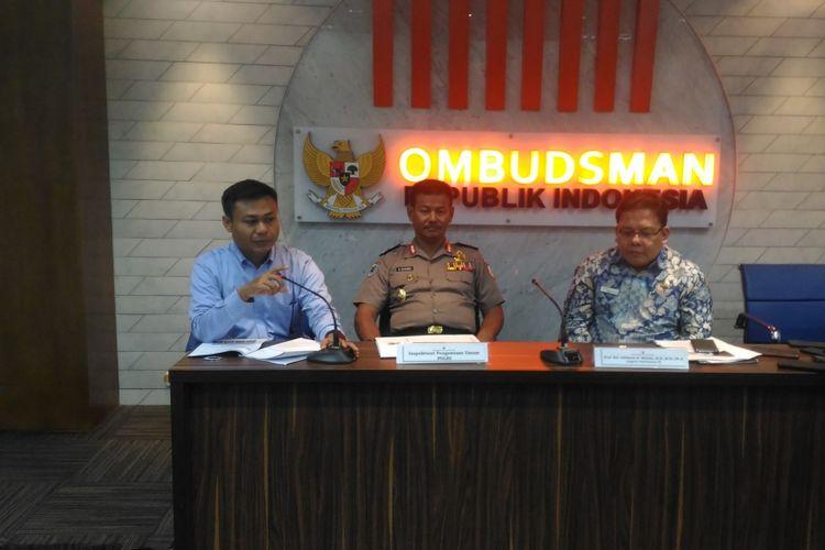(Kiri-kanan) anggota ORI Nyoto Budiyanto, Inspektorat Pengawasan Umum Polri Suharno, dan anggota ORI Adrianus Meliala saat memaparkan hasil kajian potensi maladministrasi senjata api di Gedung ORI, Kuningan, Jakarta Selatan, Selasa (22/1/2019).