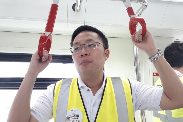 Dirut PT LRT Jakarta Allan Tandiono di uji coba internal LRT Jakarta, Senin (20/8/2018)