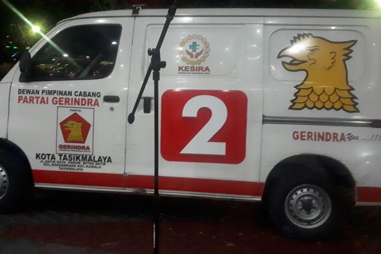 Mobil ambulans berlogo Partai Gerindra terparkir di halaman depan gedung unit reserse mobil (Resmob) Polda Metro Jaya.