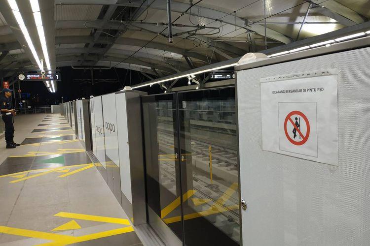 Larangan bersandar di pintu tepi peron terpasang di Stasiun MRT Lebak Bulus.