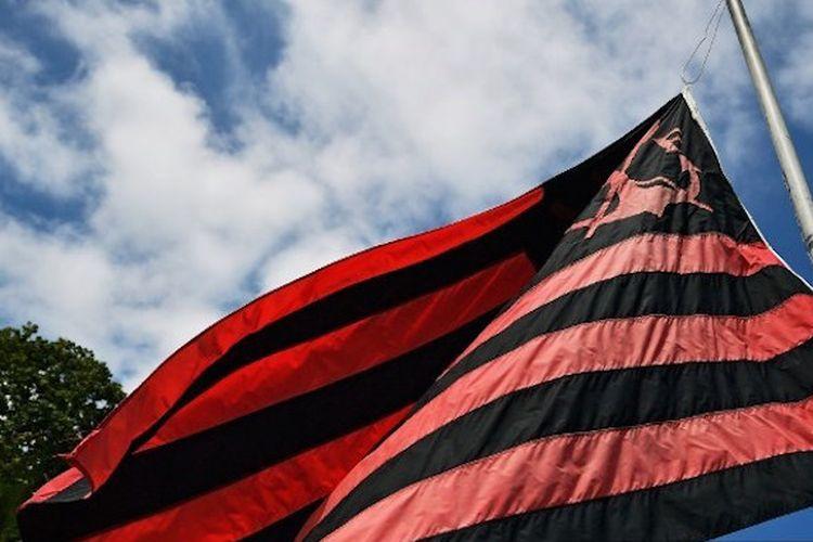 Bendera setengah tiang dikibarkan di markas latihan Flamengo di Rio de Janeiro seusai terjadi kebakaran di tempat latihan klub tersebut pada 8 Januari 2019.