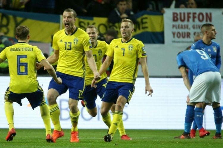 Pemain Swedia melakukan selebrasi setelah Jakob Johansson mencetak gol ke gawang Italia pada laga leg pertama play-off Piala Dunia 2018 yang berlangsung di Friends Arena, Jumat (10/11/2017) waktu setempat.